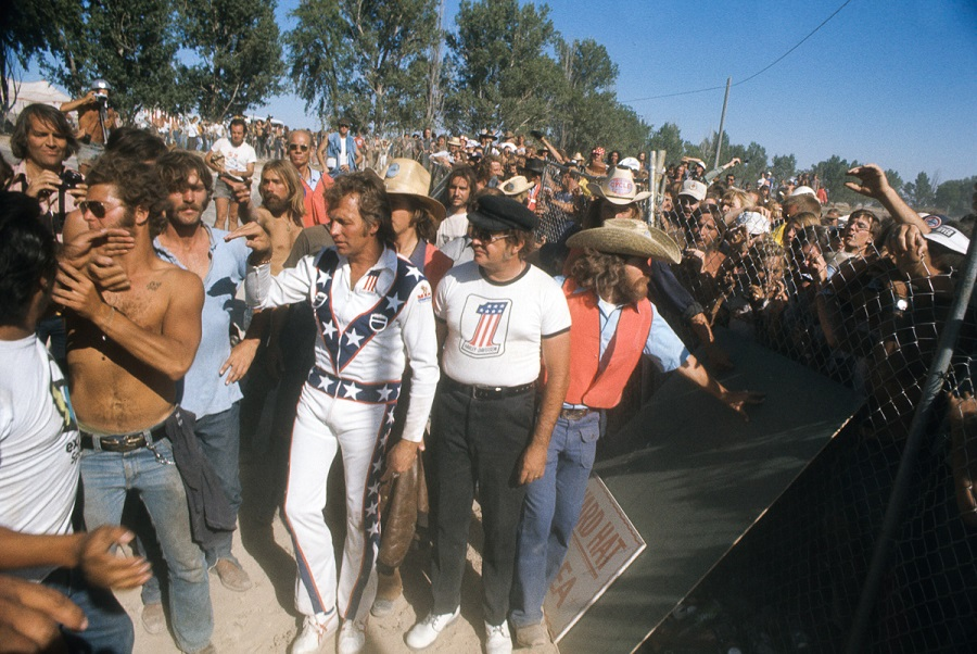 "WIDE WORLD OF SPORTS - ""Evel Knievel at Snake River Canyon"" - Airdate: September 8, 1974. (Photo by ABC Photo Archives/ABC via Getty Images) EVEL KNIEVEL (WHITE JUMPSUIT) WITH CROWD"